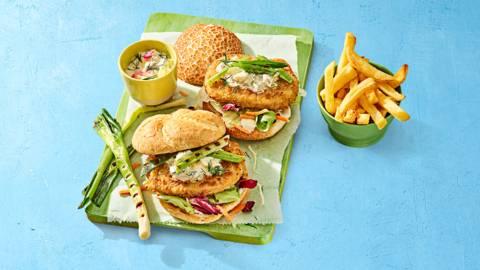 Visburgers met frisse limoenmayo, rauwkost en friet