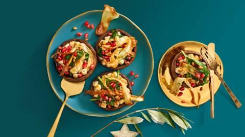 Gevulde portobello met geitenkaas, spinazie, granaatappel en pastinaakchips