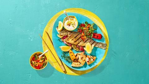 Gegrilde zeebaars met paprikasalade, pitabroodjes en tzatziki