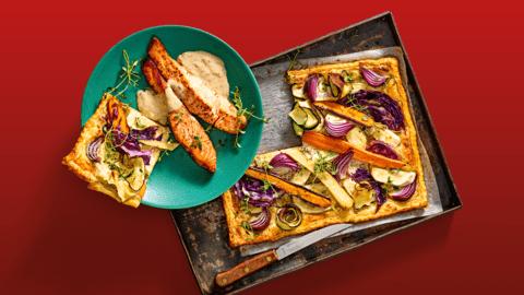Zalmfilet met paddenstoelensaus uit de oven en plaattaart met pastinaak, wortel, courgette en rode kool