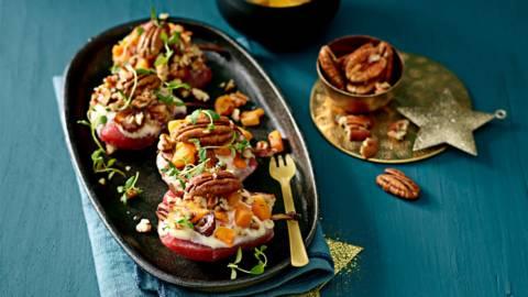Gevulde stoofperen uit de oven met camembert en dadel-pompoencrumble