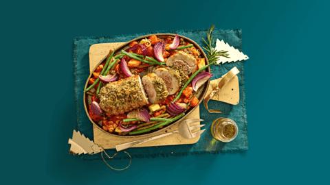 Kalkoenrollade met citroen-kruidenrub en kikkererwtenstoof met groente uit de oven