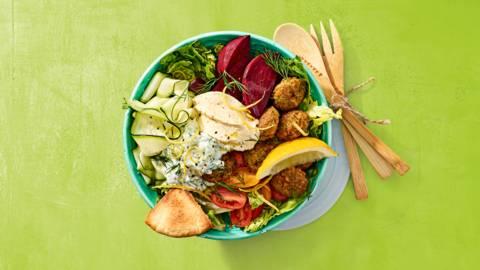 Falafelsalade met groente, hummus en yoghurt raita