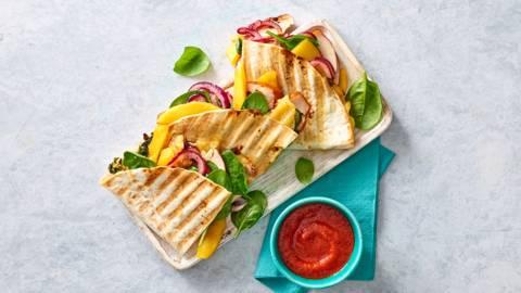 Quesedilla's met gerookte kip, mango, kaas en baby spinazie