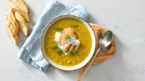 Mosterd-kerrie groentesoep met gerookte kip, yoghurtkruidendip en brood