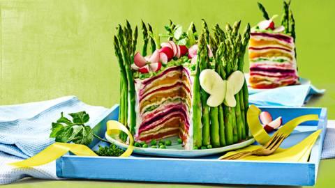 Kleurrijke laagjestaart met asperges