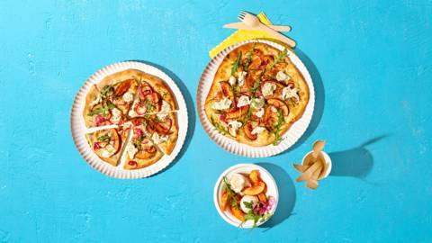 Vegetarische BBQ-pizza met nectarine en buffelmozzarella