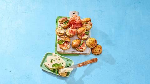Hartige mini scones met roomkaas en prosciutto crudo