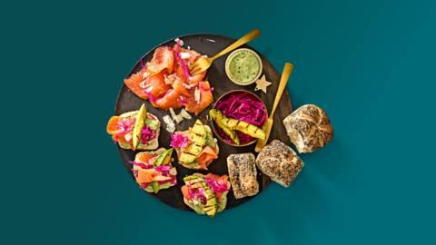 Breekbrood met zalmcarpaccio, gegrilde avocado en gepickelde rode kool