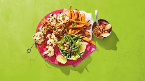 Geroosterde bloemkoolsaté met satésaus, haricots verts salade en zoete aardappel frietjes