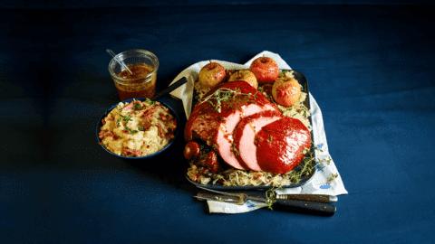 Beenham met puree, honing-mosterdsaus, zuurkool en gekarameliseerde Elstar appels