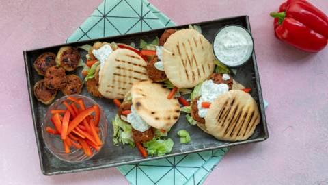 Pita's met kruidige kipgehakt-balletjes en peterselieyoghurt