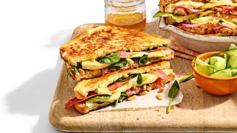 Pantosti van wit brood met Serranoham, spinazie, brie, pijnboompitten en honing