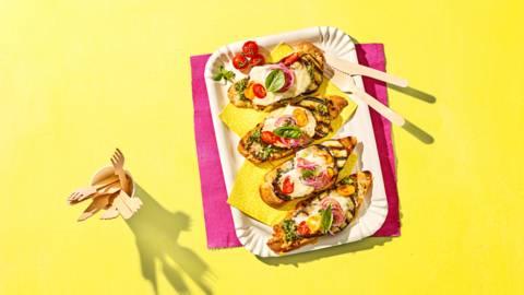 Grillbroodjes met aubergine, pesto, Parmezaanse kaas en buffelmozzarella