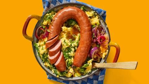 Hollandse spinaziestamppot met zoete aardappel, gekarameliseerde uienjus en Kipster-rookworst