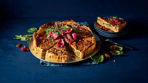Zoete aardappeltaart met spinazie en gekarameliseerde rode ui