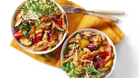 Rode curry met vega kipstukjes, knapperige groenten en broccolirijst