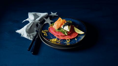 Huisgemaakte bietenblini's met gerookte zalm en lompviskaviaar