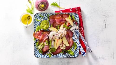 Gerookte tonijnplakken met een appel, radijs en huisgemaakte tonijnmayonaise
