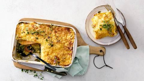 Zoete aardappel lasagne met spinazie, tomaat en vegetarisch gehakt