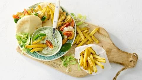 Griekse pita met kipfiletreepjes, verse boerenfriet en frisse salade
