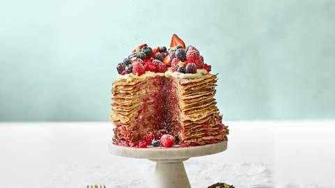 Pannenkoekentaart met zelfgemaakte compote en rood fruit