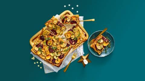 Aardappelplaattaart met rode bieten, 1000 dagen kaas en verse pesto
