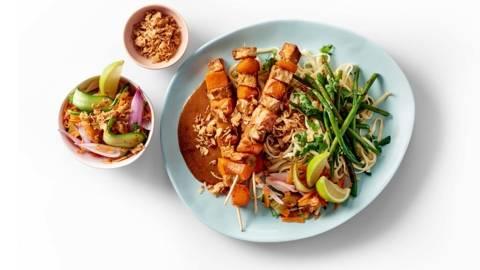 Saté van pompoen en tempeh met noodles, Aziatische haricots verts en zoetzure salade