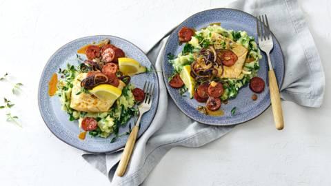 Kabeljauw met knapperig gebakken chorizoplakjes geserveerd met spinaziestamppot