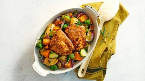 Ovengroenten met gebakken kippendijen en krieltjes