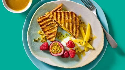 Tosti's van suikerbrood met butterscotch, kwark, geraspte kokos en tropische vruchten