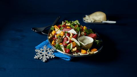 Kerstsalade met truffelgeitenkaas, pompoen, medjouldadels en stoofperen