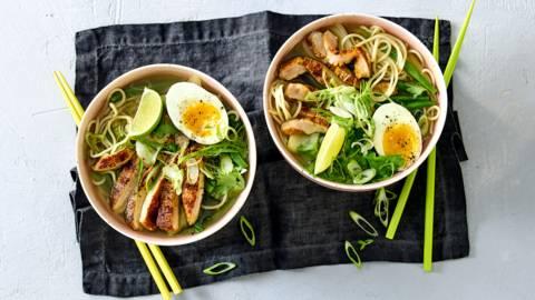 Noodlesoep met sperziebonen, paksoi en Aziatische karbonades