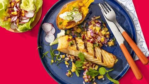 Zalm van de BBQ met nectarinesalsa, frisse salade en gepofte zoete aardappel