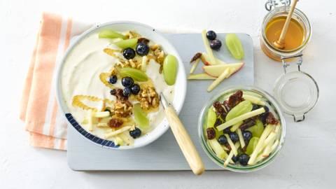 Grieks yoghurtontbijt met gemarineerde appel en rozijnen