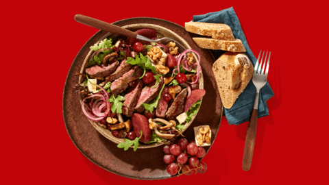 Hertenbiefstuk met een salade van stoofpeertjes, paddenstoelen, walnootkaas en herfstbrood