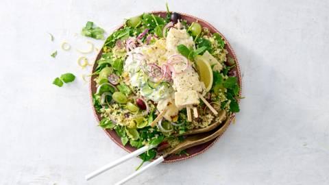 Bulgursalade met spinazie, druiven, komkommersalade en visspiesjes