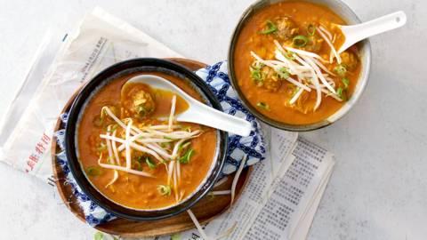 Aziatische tomatensoep met taugé, gehaktballetjes en vermicelli
