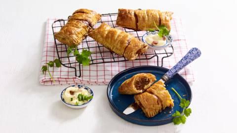 Hollandse worstenbroodjes van gehakt en verse kruiden