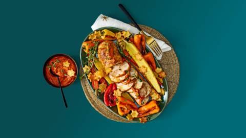 Kiprollade met huisgemaakte Romescosaus en gekleurde groenten