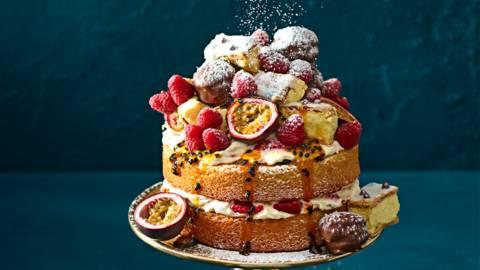 Spongecake met passievruchtsiroop en Eton Mess
