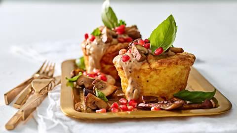 Aardappelsoufflés met ragout en gebakken paddenstoelen