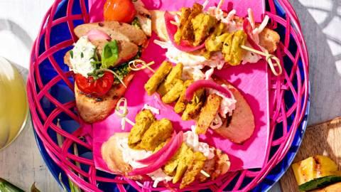 Stokbroodjes met vegetarische kipstukjes en braadworst