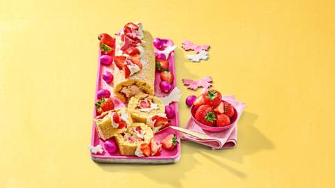 Strawberry cheesecakerol met aardbeien en fondantvlinders