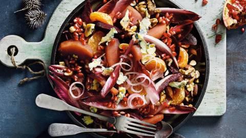Salade met stoofperen, granaatappel en notenmix