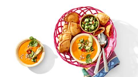 Zoete aardappelsoep geserveerd met empanadas