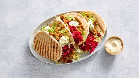 Pita shoarma met knoflooksaus en rauwkostsalade