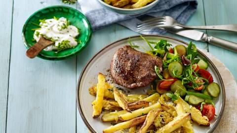 Ovenfriet met kaaskorstje, knoflookyoghurtdip en gegrilde biefstuk met salade