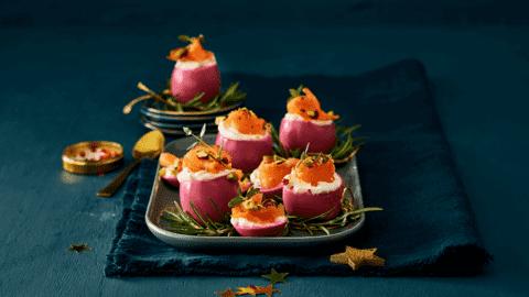 Roze eieren met warmgerookte zalm, Griekse yoghurt en pistachenoten