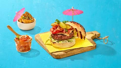 Cheeseburger met zelfgemaakte smokey baconjam, ijsbergsla, augurk en aardappeltjes